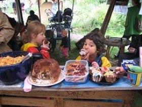 Kinder essen Kuchen